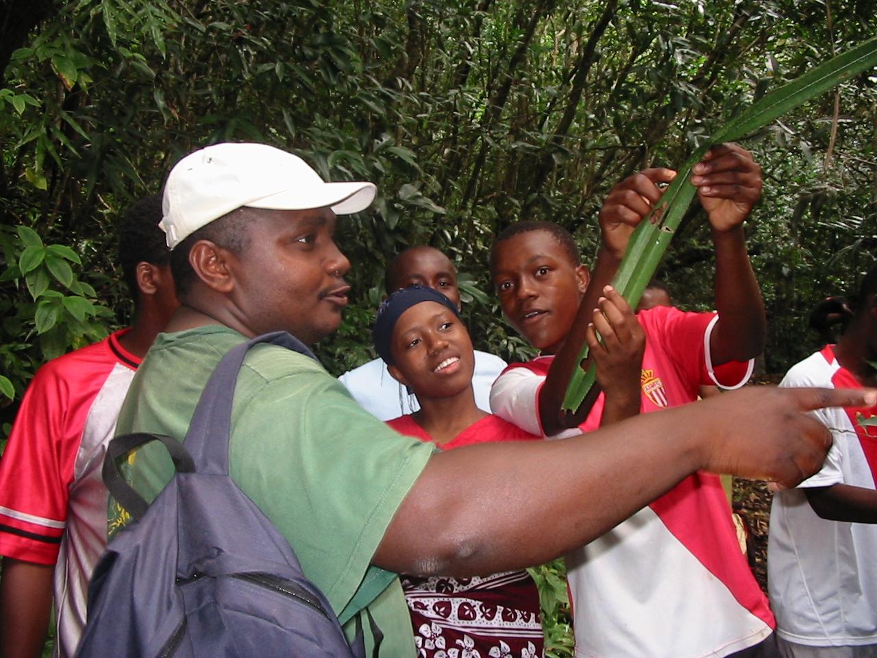 Mohamed Ahmed au cours d'une action d'éducation à l'environnement et de découverte de la nature auprès des jeunes de Bouéni-photo Léonard Durasnel
